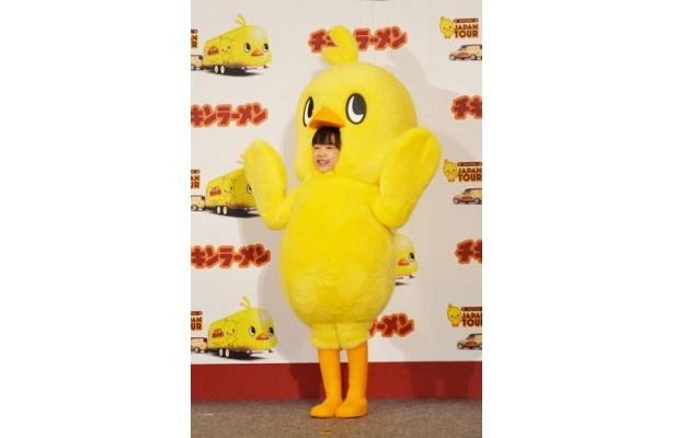 新キャラクター発表イベントに、ひよこちゃんの格好で現れた芦田愛菜