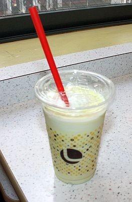さっぱりとした「ちょっちゅね~シェーキ シークァーサー風味」(240円)
