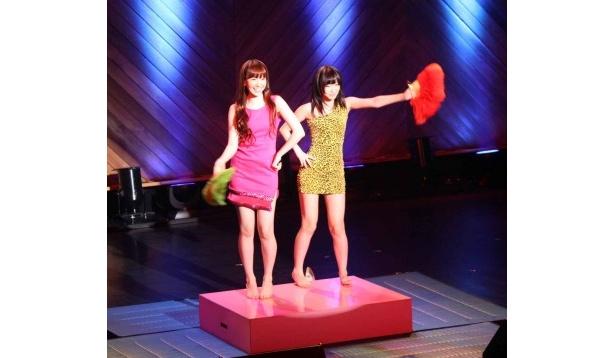 ボディコン姿で尻相撲をする「ジュリアナ尻相撲」で対決する小嶋(写真左)と指原(写真右)