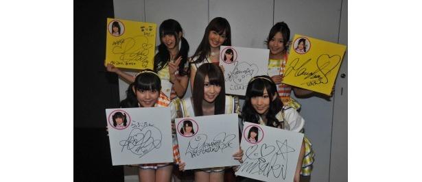 赤坂サカスにて開催中の「夏サカス 笑顔の扉」に設置されている「有吉AKB共和国」のブース内に展示するため、それぞれのサインを記入