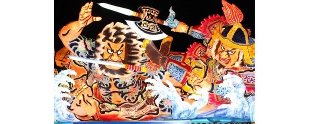 武者絵の描かれた人型の山車灯籠などが夜の町を彩る青森の「ねぶた祭」