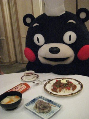 熊本県のご当地グルメ「阿蘇ハヤシライス」「だご汁」「いきなり団子」「やまが復刻茶」を狙う「くまもん」