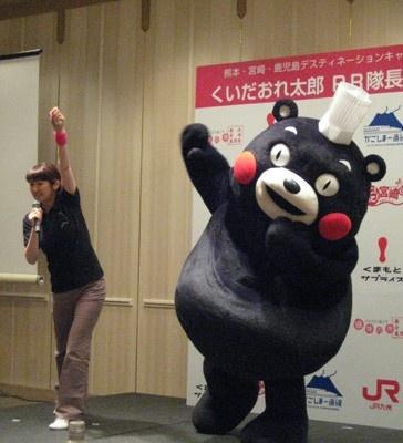 熊本県に遊びに来てね♪と元気にPRする「くまもん」