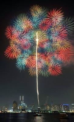 みなとみらいの夜景をバックに、約6000発の花火が打ちあがる!