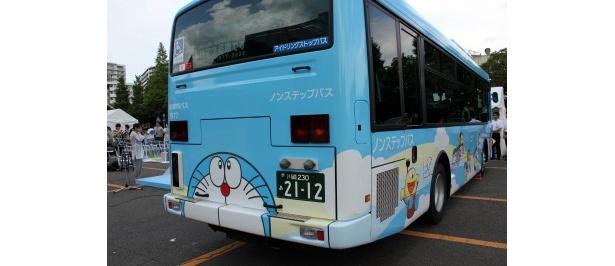 シャトルバスの後ろ面にも描かれているドラえもん