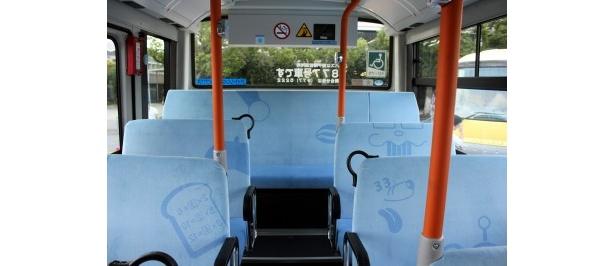 座席シートにはさまざまなキャラクターが描かれている