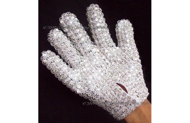 手の甲全体に人工ダイヤモンド、手のひら側にスパンコールを施した手袋