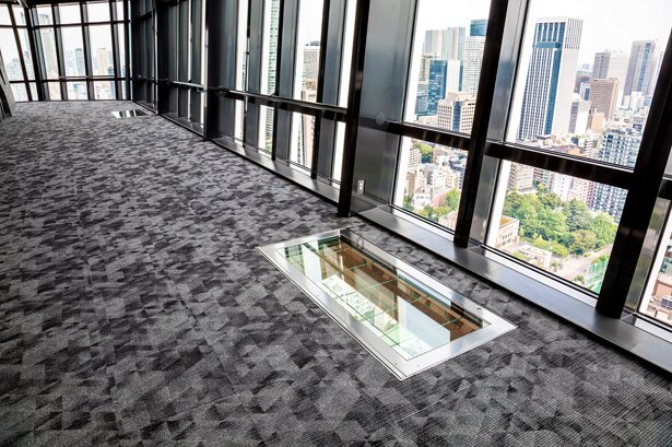 【写真】メインデッキ1階の床にある「スカイウォークウィンドウ」はスリル満点