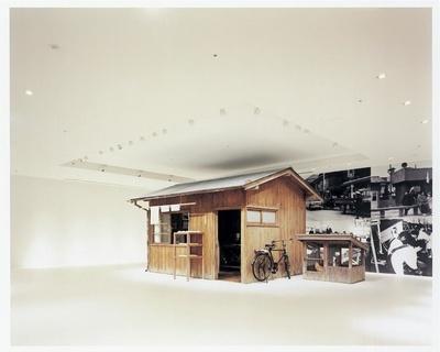 世界初のインスタントラーメン「チキンラーメン」が誕生した研究小屋を再現した展示も