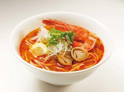 レモングラスやコブミカンの葉、ナムプラーの風味が効いた「トムヤムクンヌードル(タイ)」(税込400円)