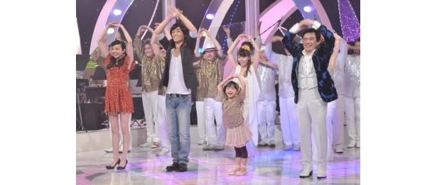 「マル・マル・モリ・モリ!」ダンスを踊るベッキー、氷川きよし、芦田愛菜、グッチ裕三(左から)