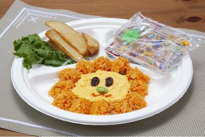 チキンライスとスクランブルエッグでライオンの顔をかたどった「お子様チキンライス」(税込680円)※おもちゃ付き