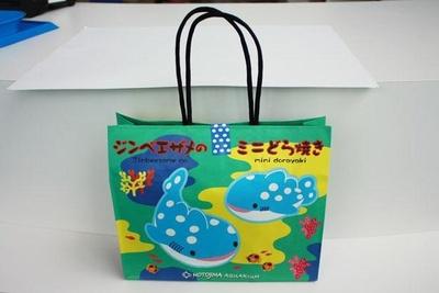 カラフル&キュートなパッケージが目をひく「ジンベエザメのミニどら焼き」(税込990円)