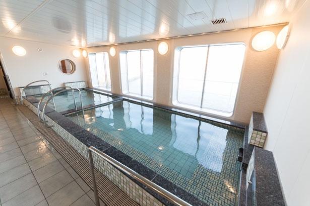 展望浴場では、海を眺めながら贅沢なお風呂の時間を過ごせる