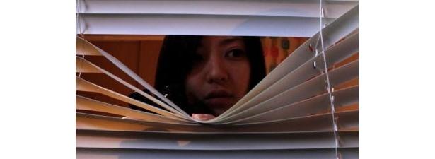 御茶漬海苔監督作『惨劇館 ブラインド』は、ヒッチコックの『裏窓』を彷彿とさせるミステリーホラー