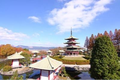 十二支苑の三重の塔。阿蘇の自然と、建物の調和が美しい