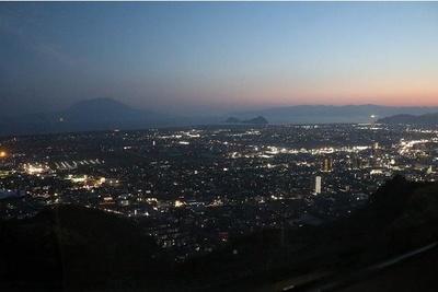 市街地に灯された明かりと夕日のコントラストにうっとり