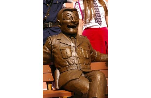 区立亀有公園に設置された、ベンチ型両さん銅像。「壊さないで!」と香取慎吾が呼びかけた