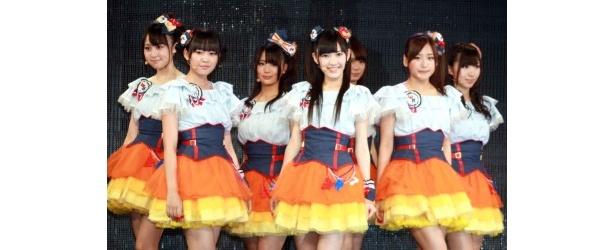 「久しぶりの新曲でメンバー全員はりきってます」と明かす渡辺麻友(写真中)