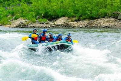 尻別川をゆっくりと、時に激しく下るラフティングは迫力満点!