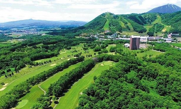 4つのゴルフコースは、緑豊かでルスツの自然を楽しめる