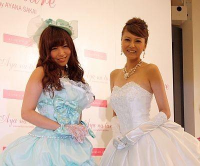 ドット柄リボンがアクセントのカクテルドレスを着たAKB48の河西智美さんとクラシカルで上品なオフホワイトのドレスを着た酒井彩名さん(右)
