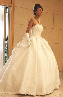 【写真をもっと見る】ウェディングドレスの全身ショットはコチラ!