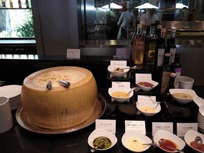 ドレッシングの種類がたくさんあって迷ってしまいそう。そのまま置かれたパルメザンチーズが食欲をそそる。