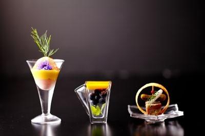 ワインに合うタパス料理は300円~。リーズナブルでバラエティ豊富なのでゆっくりお酒を楽しむ時にぴったり。
