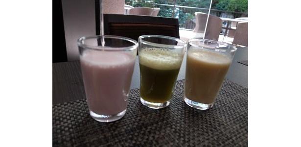 左からミックスベリージュース、野菜ジュース、フルーツジュース。美容と健康に良さそうなフレッシュジュースがそろう。