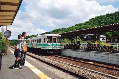 タヌキが描かれたラッピング列車がかわいい、信楽高原鉄道! 信楽駅のホームにはタヌキの行列が!