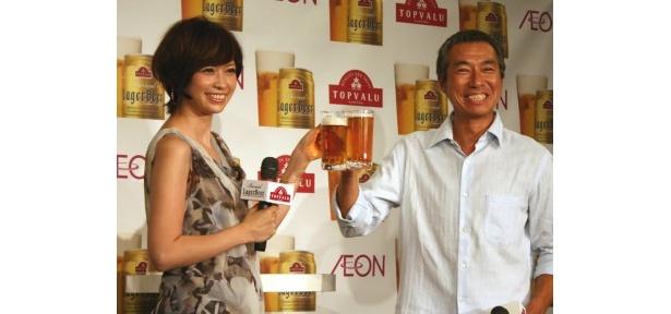 【写真】大のビール好きという柳葉と辺見。笑顔で「カンパーイ!」