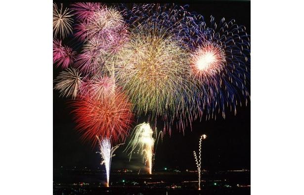 「感動日本一」をテーマに掲げた総数1万4000発の打ち上げ花火が夜空を彩る