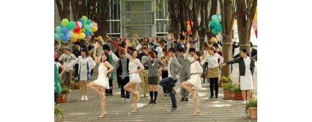 【写真】森山&Perfumeに加え、50人のダンサー&チアガールもミュージカルシーンに参加