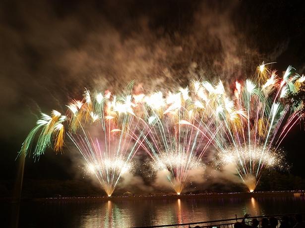 【写真】湖上に鮮やかに映える水上・水中花火は必見!大迫力のスターマインも