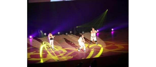 斉藤、向井、赤羽の3人がオリジナル曲「333ライズ!!」を熱唱!