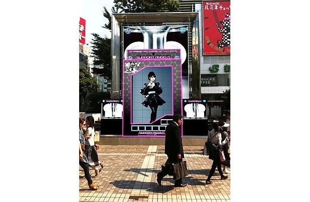 JR新宿駅東口アルタ前新宿ステーションスクエアに登場する巨大な「HP サポートエンジェル」大島優子さん(AKB48)