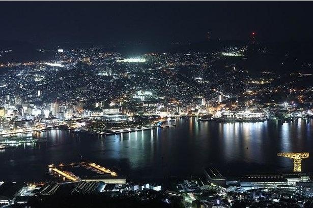 【写真】長崎港と浦上川を挟んで対岸の都心部の夜景