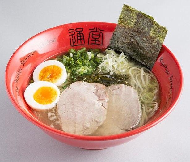 【写真】琉球新麺 通堂の通堂うま塩ラーメンおんな味 玉子入り。つるっとした食感の麺は、のどごしがよくスープとも相性抜群