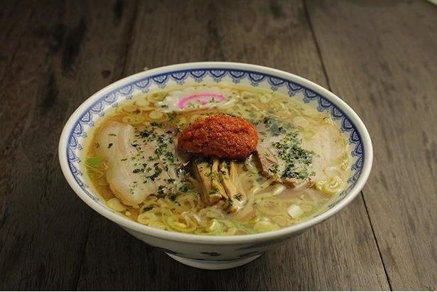 龍上海本店の赤湯からみそラーメン。麺は平打ちの太麺で、180グラムとボリューム満点