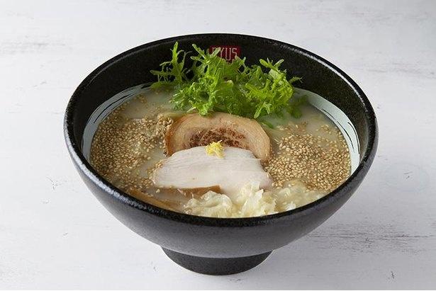 RYUS NOODLE BARのRYUS 鶏白湯塩ラーメン。麺は全粒粉を使った中細のストレート麺を使用