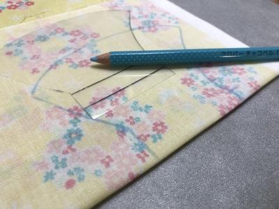 型紙スケールを使って仕上がり線を布に書き込んでいく