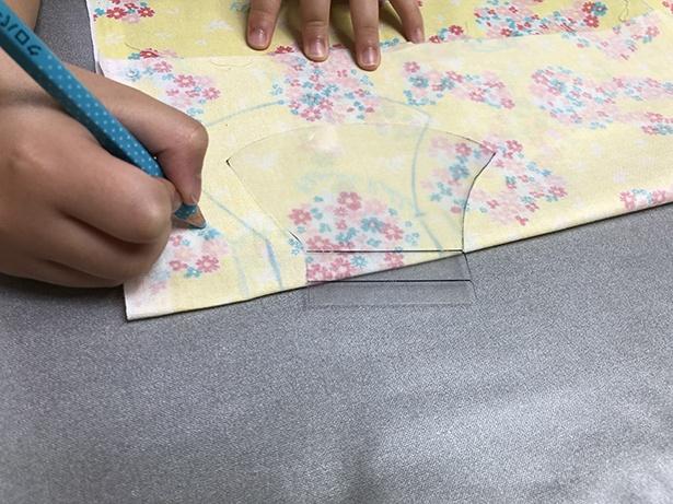 縫い代分は、フリーハンドで。不安なら縫い代線用の型紙スケールも作るのが良い