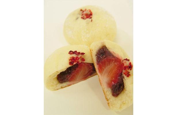 「苺あんパン」(210円)表面の赤い粒はフリーズドライのイチゴを砕いたもの