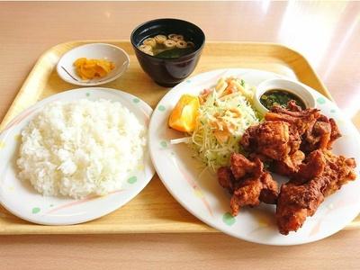 人気の「からあげ定食」(税込850円)。ごはん、味噌汁、香の物などがつく