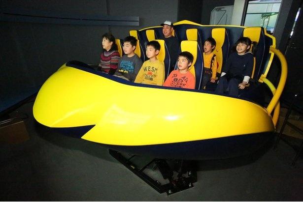 体感シアター「アルファ21」のタイムマシンに乗ってバーチャル旅行!