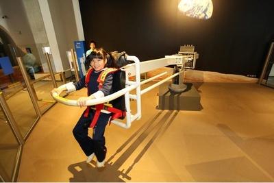 【写真】月面を散歩する感覚を擬似的に体験できる装置「ムーンウォーカー」
