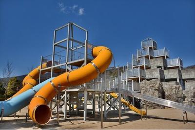 約30種の遊具がある「わんぱく砦」。数の多さにどの遊具で遊ぼうか迷ってしまう!