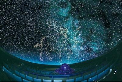 直径20メートルのドームに映し出すのは約3万8000個の星が浮かぶプラネタリウム
