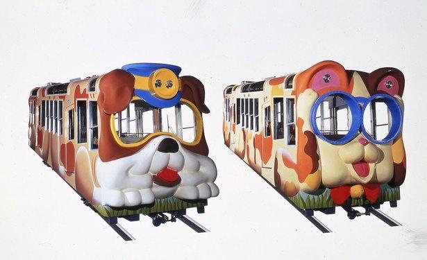 鳥居前駅と宝山寺駅の間を結ぶケーブルカーの車両は、犬と猫のデザイン。名前は犬の「ブル」(左)と猫の「ミケ」(右)